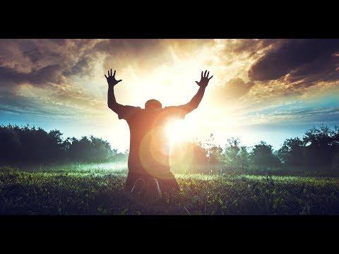 Malda ant keliu iskeltomis rankomis